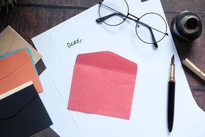 kuvert och glasögon på en skrivbordsskiva