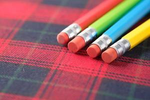 närbild av färgglada pennor