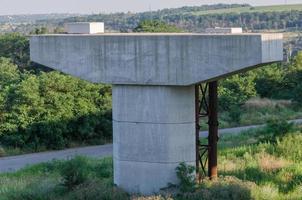 bro under konstruktion med pelare foto