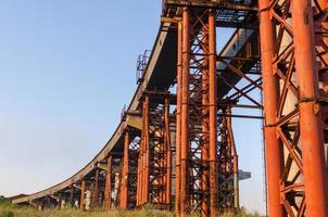 bro under konstruktion med väg foto