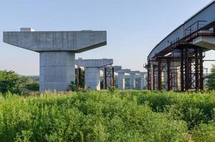 brobyggnad med pelare foto
