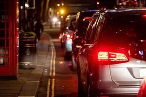 bakifrån på trafikstockningen på gatan i centrum på natten, närbild foto