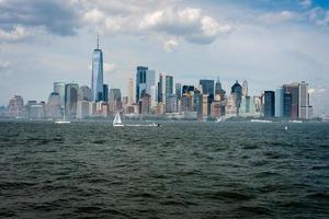 horisont och moderna kontorsbyggnader i midtown manhattan sett från över Hudson River foto