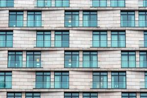 närbild av fasaden på en modern höghusbyggnad foto