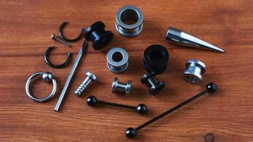 piercingverktyg på trä foto
