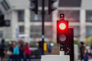 röda trafikljus på en suddig gatubakgrund foto