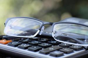 närbild miniräknare på bordet, affärsidé foto