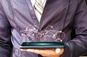 affärsman som använder en smartphone och teknologinätverk koncept foto