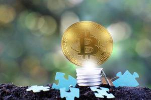 bitcoin-kryptovaluta-mynt och euromynt på jord, koncept foto