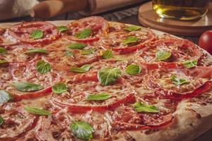 brasiliansk pizza med tomatsås, mozzarella, tomat, parmesan och basilika foto