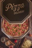 brasiliansk pizza med tomatsås, mozzarella, tomat, parmesan och basilika i en leveranslåda foto