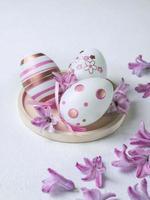 påsk bakgrund med ägg och blommor foto