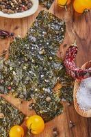 krispig noritång med körsbärstomater och kryddor på en träskiva foto