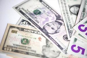 amerikanska dollar på vit bakgrund foto