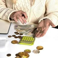 kvinna som gör granskning av hushållens utgifter hemma foto