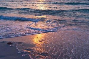färgglada livliga havsvågor på stranden under sommaren foto