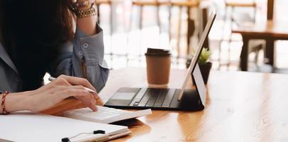 kvinna som arbetar vid ett skrivbord foto