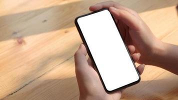 person som håller en smartphone-mock-up foto