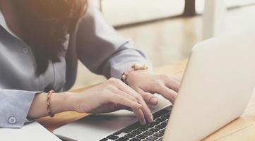 kvinna som använder en bärbar dator foto