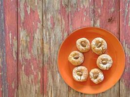 kakor på en orange tallrik på en träbordbakgrund foto
