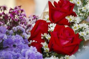 röda rosabukett på examendagen foto