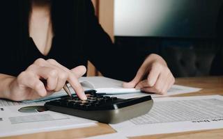kvinna som använder en svart miniräknare