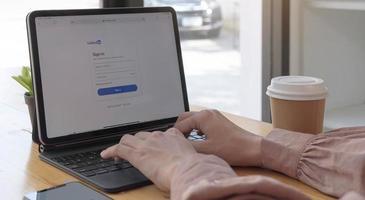 Chiang Mai, Thailand, 21 mars 2021 - person som loggar in på LinkedIn foto