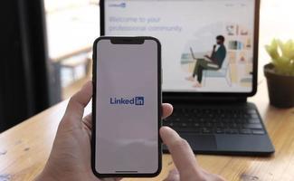 Chiang Mai, Thailand, 21 mars 2021 - person som använder linkedin på telefon och dator foto