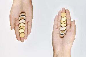 två händer som håller euro på vit bakgrund foto