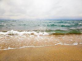 små vågor på stranden foto