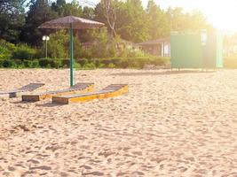 strand med solstolar foto