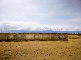 högt staket i öknen foto