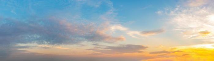 dramatisk panoramahimmel med moln vid soluppgång och solnedgångstid. panoramabild. foto