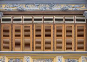 antika träfönster på en gammal byggnad. arkitektoniska element. foto