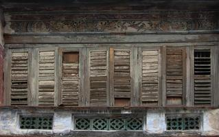 antika träfönster på en gammal byggnad foto