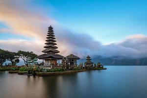 ulun danu beratan tempel på västra sidan av sjön beratan, bali, indonesien foto