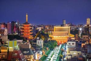 sensoji tempel från ovanifrån på kvällen, tokyo, japan foto