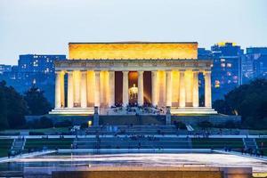 Lincolns minnesmärke reflekteras på reflektionsbassängen, Washington DC, USA foto