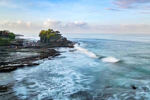 Tanah Lot, Bali Indonesien. tropiskt naturlandskap i Indonesien, Bali foto