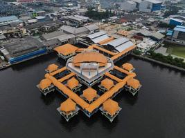 jakarta, indonesien 2021- Flygfoto över muara angke beach med träbåtar lutar bredvid piren foto