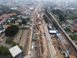 bekasi, Indonesien 2021 - trafikstockning på de förorenade gatorna i bekasi med flest motorfordon och trafikstockningar foto
