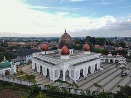 depok, indonesien 2021- nurul mustofa centrum moské panorama, utsikt över största moskén i depok foto