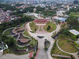 depok, Indonesien 2021- Flygfoto över lekplatsgården i offentlig park omgiven av gröna träd foto