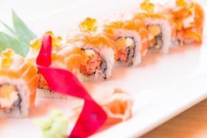 selektiv fokuspunkt lax sushi rulle foto