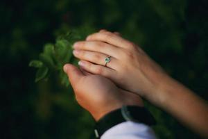 händer av ett förlovat par foto