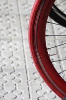 cykelhjul på gatan foto