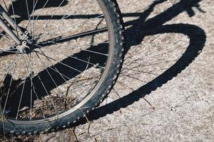 cykel skugga siluett hjul på gatan foto