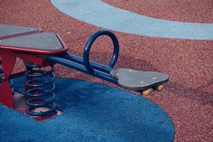 gungbräda på lekplatsen foto