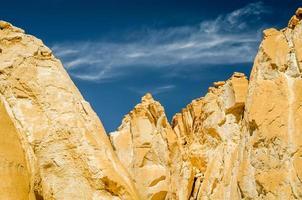 klippformationer med blå himmel foto