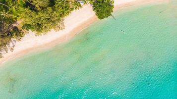 Flygfoto med hav och strand